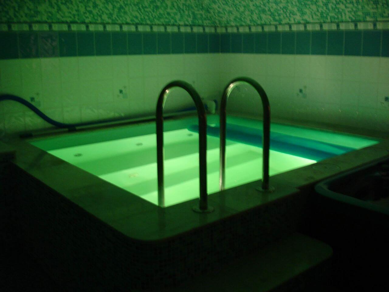 Небольшой бассейн для саун с освещением